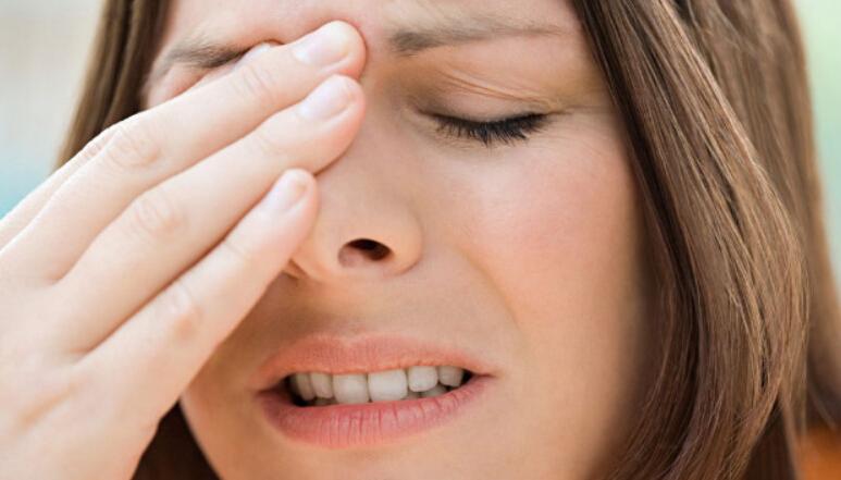 dolor en un ojo izquierdo y cabeza